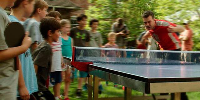 grupo de niños jugando al tenis de mesa
