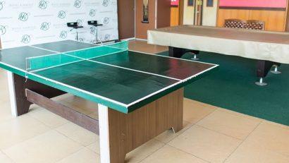 salón con mesa de ping pong barata