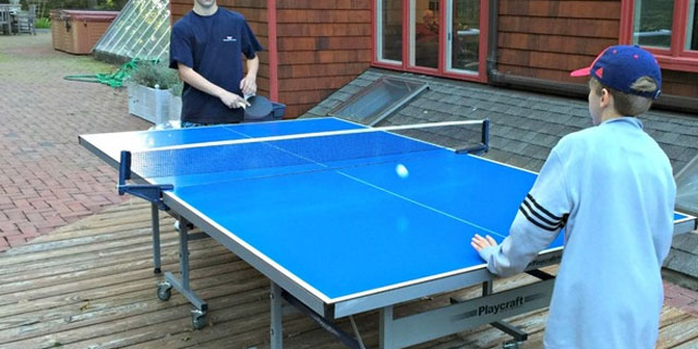 chavales jugando al ping pong