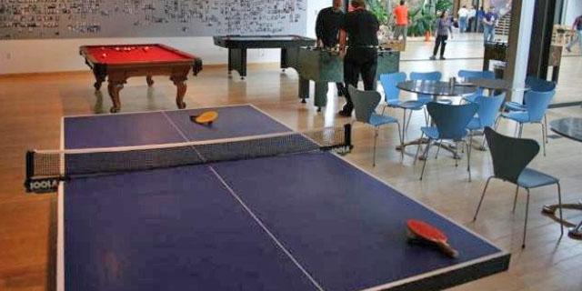 jugando al ping pong en salon social