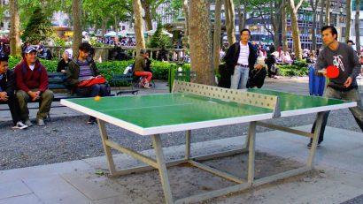 grupo de amigos jugando al tenis de mesa