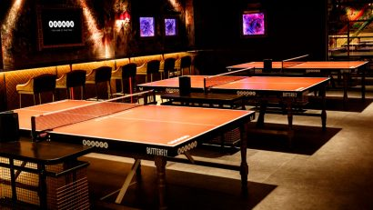 restaurante con mesas de ping pong