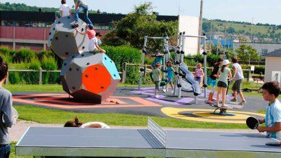 colegio de proimaria con mesa de ping pong y parque infantil