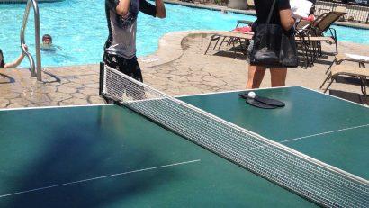 mesa ping pong con turistas del hotel