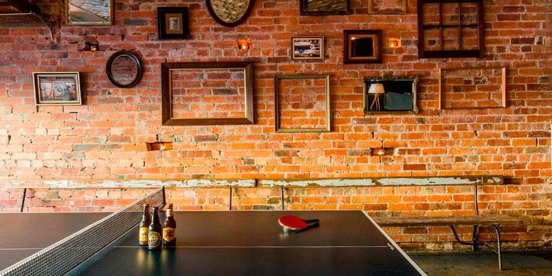 bar con mesa de ping pong