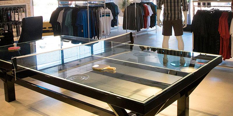 mesas de ping pong en tienda de ropa